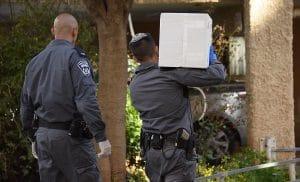 שוטרים מחלקים ארוחות חמות לקשישים בחדרה. צילום: משטרת ישראל