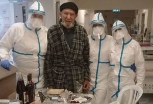 ליל סדר עם הצוות הרפואי ב'העמק'. אסור (צילום דוברות בית החולים