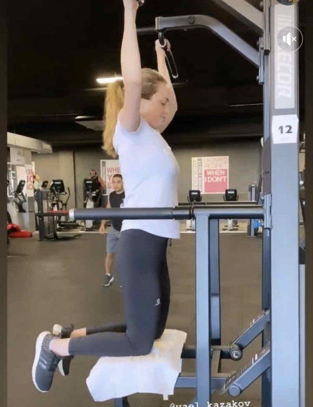 נטלי רוזנברג עושה שרירים (צילום עצמי)