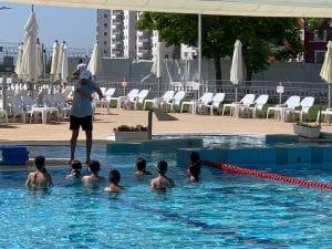 ילדי עפולה לומדים לשחות (צילום דוברות העירייה)