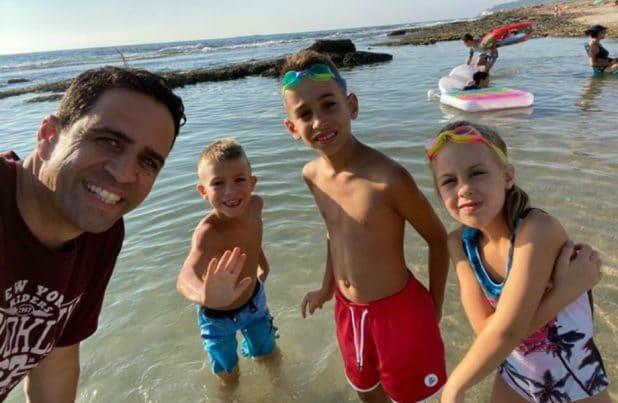 אלמוג בוקר והמשפחה בחוף אכזיב צילום: באדיבות אלמוג בוקר