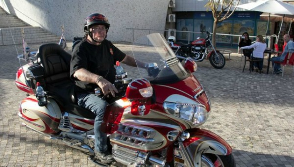 שלמה וייס באחד ממפגשי הרכבים והאופנועים במרכז העירה   צילום: אלכס הובר