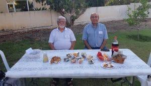 חיים אסולין עם חבר הכנסת לשעבר זוהיר בהלול במפגש קבוצתי של עמותת קשת