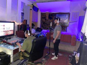 גבריאל מקליט שיר באולפן הקלטות (צילום עצמי)