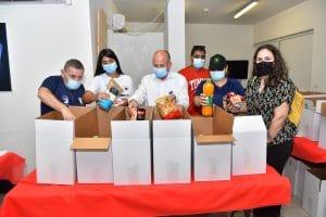 ראש העיר מסייע באריזת החבילות לחג. צילום: דוברות