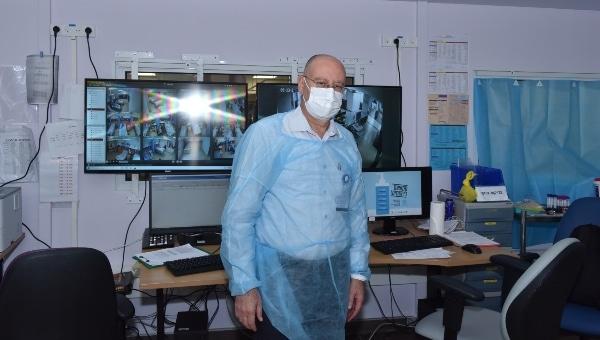 פרופ' ברהום באחת ממחלקות הקורונה | צילום: אלי כהן