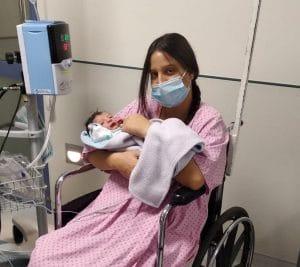 היולדת סוף כהן ובתה בבית החולים \ צילום: דוברות המרכז הרפואי הילל יפה