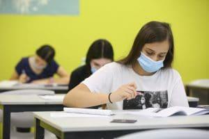 מצליחים בלבד. תלמידים בבחינות בגרות (צילום דוברות העירייה)