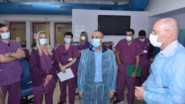 פרופ' גמזו בביקור במחלקת הקורונה במרכז הרפואי לגליל נהריה | צילום: אלי כהן