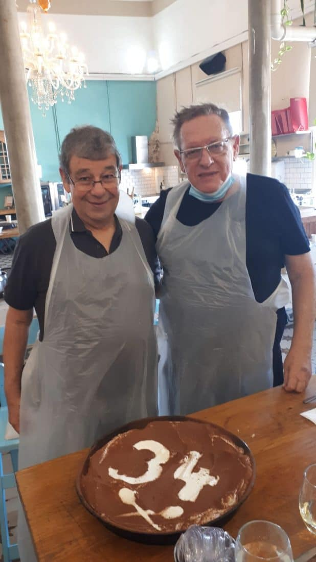חוגגים 34 ומבשלים חוויה. עורכי הדין אלי רולוף ומשה יונאי עם עוגת הטירימסו | צילום: עצמי