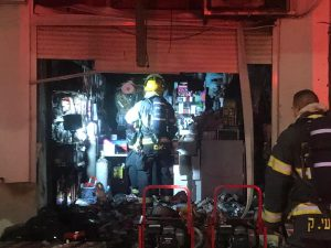 """שריפת חנות כלי בית בעכו   צילום:כב""""ה"""