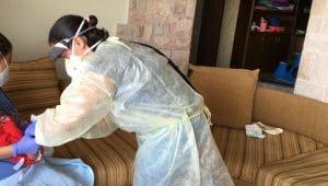 ליאת זיידנר, אחות כללית בטיפת חלב בכרמיאל בעת ביקור בית אצל יולדת שאובחנה חיובית לקורונה | צילום: דוברות כללית