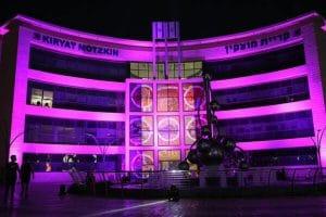 בניין עיריית קרית מוצקין נצבע בוורוד | צילום: שירי לוי