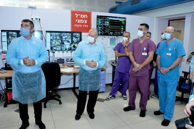 גבי אשכנזי ופרופסור ברהום במחלקות הקורונה מרכז הרפואי לגליל נהריה | צילום: רוני אלברט