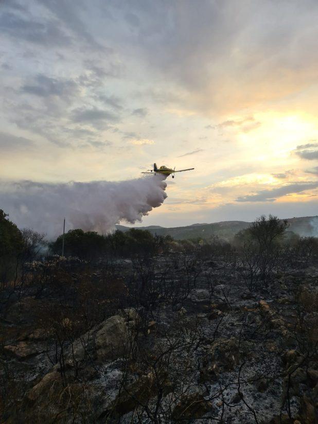 מטוסי כיבוי אש בשטח ביישוב מנות | צילום: כיבוי אש