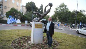 כיכר לזכרו של אבי רן. משה רן ליד הפסל בדמותו של בנו | צילום: ראובן כהן, עיריית חיפה
