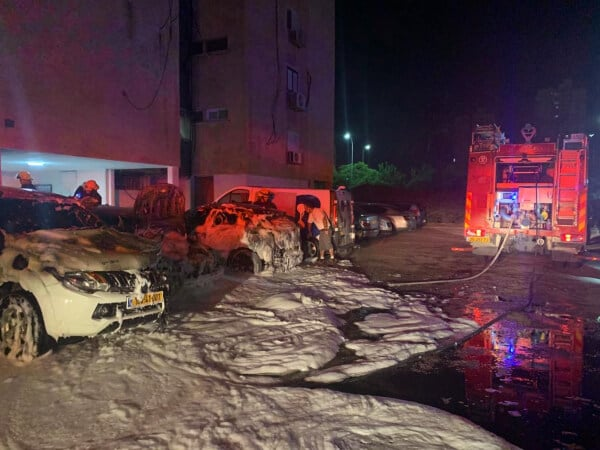 מכוניות עלו באש בקרית מוצקין | צילום: דוברות כבאות והצלה