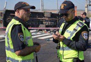 השוטרים מנסים לעשות סדר בכבישי העיר. צילום: דוברות