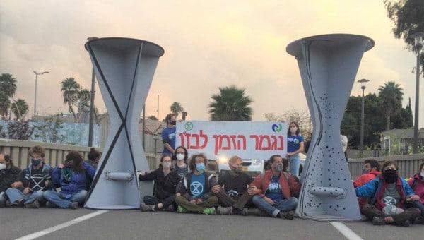 מחאת פעילי הסביבה. מיצג הלבניות בכניסה לבזן | צילום: מגמה ירוקה