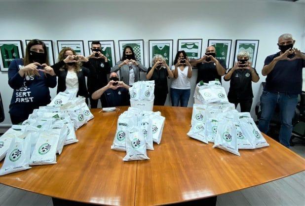 מועדון הכדורגל מכבי חיפה עם מארזי השי | צילום: מכבי חיפה, האתר הרשמי