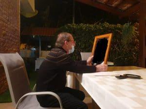יעקב גרינבוים ותצלום אביו של אלי \ צילום: איילת קדם
