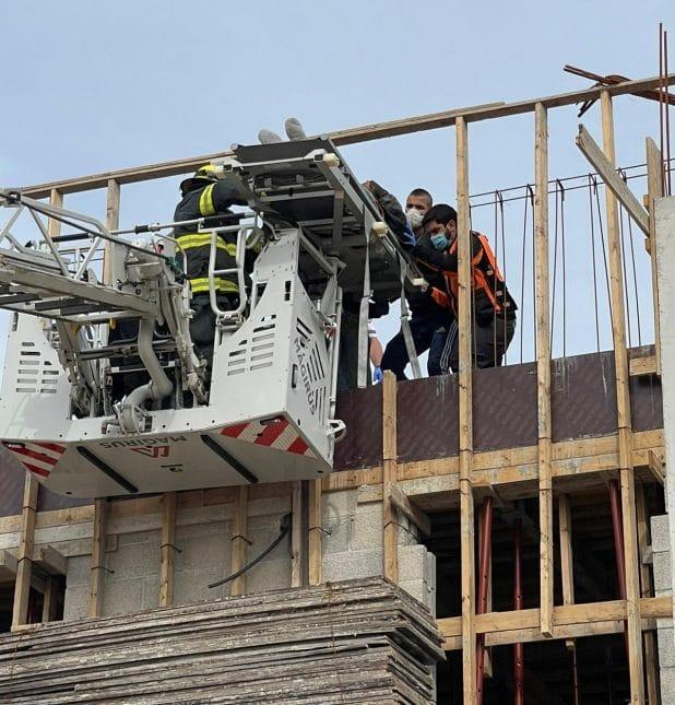 חילוץ הלכודים באתר הבניה | צילום: דוברות כבאות הצלה