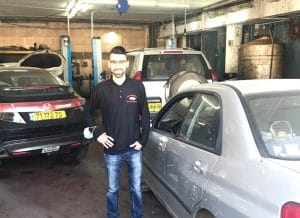 מוחמד זוהיר והרכב נטול האגזוז \ צילום: פרטי