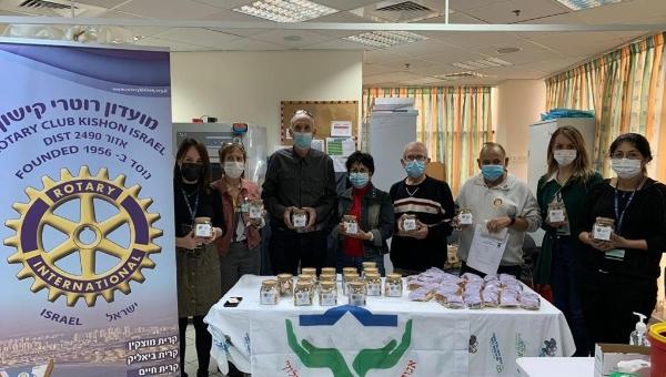 נשיאי מועדון רוטרי הודו לקרית בריאות זבולון על מבצע חיסוני הקורונה | צילום: דוברות כללית