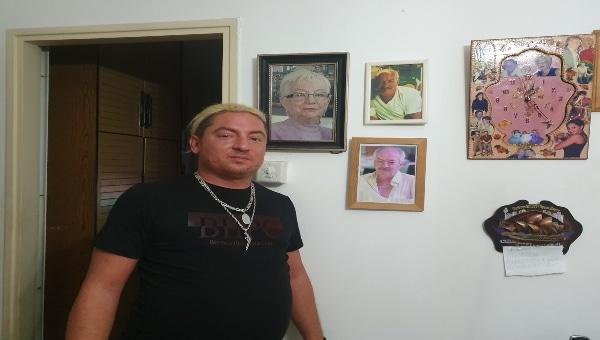 צביקה טפר, על רקע תצלומי אביו וסבתו ז