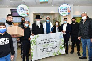 חניכי תנועת אור ישראלי יחד עם הרב גרוסמן ונציגי המרפאה. צילום: דוברות כללית