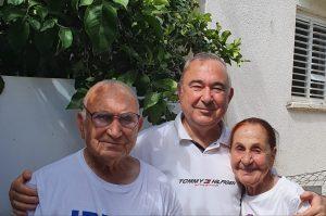 אלי דלל והוריו הקשישים | צילום: באדיבות אלי דלל