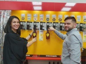 ויקטוריה ודניס מוזגים בירה | צילום: איילת קדם