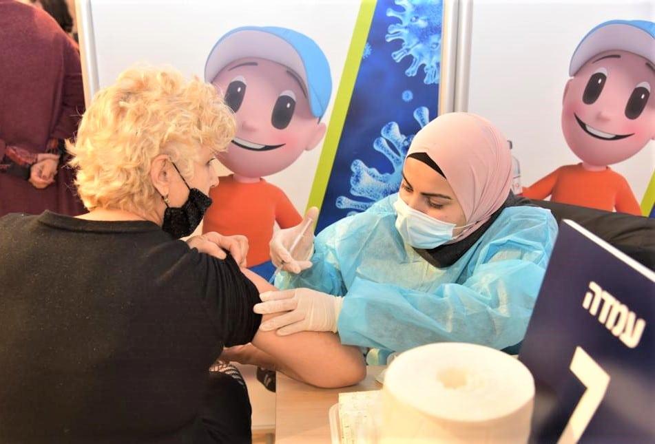 חיסון מטופלת במתחם חיסוני קורונה של כללית | צילום: דוברות כללית