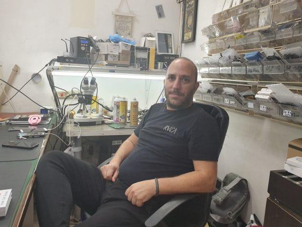 יהודה מושקטל בחדר המעבדה | צילום: איילת קדם