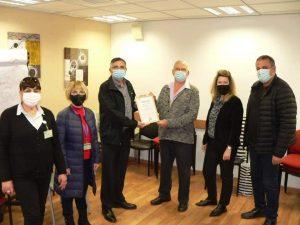 מיכה לוינוביץ עם צוות המרפאה (צילום: באדיבות דוברות כללית)