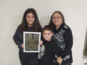 משפחת רובין ותעודת ההוקרה   צילום: איילת קדם