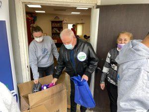 ראש העיר פלוט והמתנדבים (צילום: באדיבות דוברות העירייה)