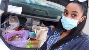 אמונה גמליאל במהלך חלוקת אוכל למחלקת קורונה בבית חולים העמק | צילום: סלפי