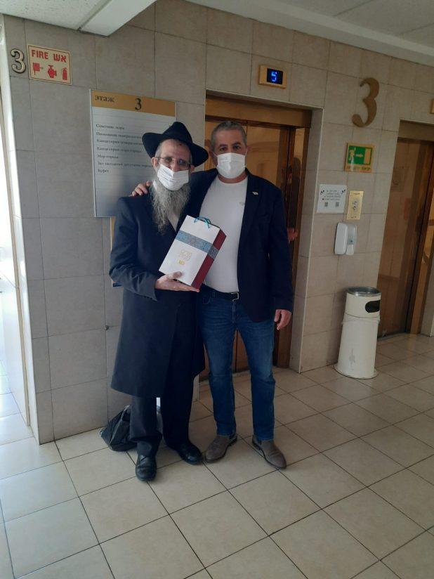 הרב ברוך וילהלם עם ראש העיר רונן מרלי במצוות משלוח מנות   צילום: א.ש חב