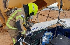 חילוץ הפועל מהעגורן | צילום: דוברות כבאות הצלה