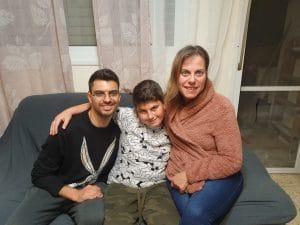 ליאור חזרון במרכז עם אימו ואחיו | צילום: איילת קדם
