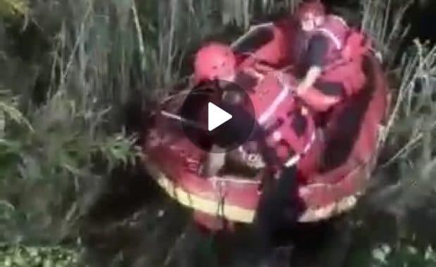 חילוץ בסירה מהנחל   צילום: כבאות הצלה