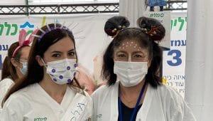 אורית זכאי, מנהלת אדמ' ביחידה להמשך טיפול והאחות מורן אדרי, אחות במרפאת כללית במגידו ומחסנת במתחם עפולה (צילום: באדיבות דוברות כללית)