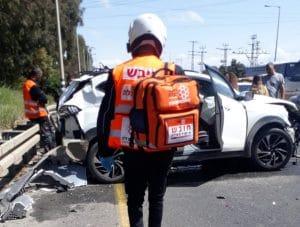 הולכי רגל נפגעו ממשאית   צילום: איחוד הצלה