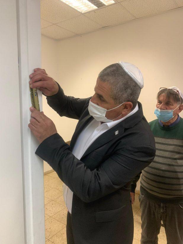 קביעת מזוזה על ידי ראש העיר   צילום: דוברות עיריית נהריה