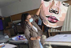 המורה ענבל דרמון מאמן ואחת העבודות (צילום באדיבות אלון)