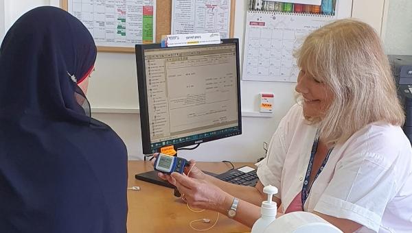 אורית ויזינגר מדריכה מטופלת בסוכרת | צילום: דוברות כללית