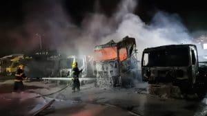 שריפת משאיות במוסך וולוו בצ'ק פוסט | צילום: דוברות כיבוי אש