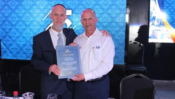 הרב גולד מעניק תעודת הוקרה לראש העיר | צילום: שגיב כנפו