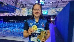 אנסטסיה גורבנקו עם מדליית הזהב באליפות אירופה בשחייה   צילום: באדיבות איגוד השחייה